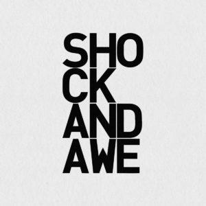 Ultrapulp Alpha, shock and awe. Estampe typographique contemporaine originale signée.La série Alpha emprunte ses sources à la littérature, à l'histoire, au monde des affaires et de l'entreprise ou encore au langage de la pop culture. Cette édition limitée tiré à partsur toile par l'artiste, utilise une grille et l'emploi d'intervalles inattendus entre les mots et les lettres pour créer une rupture de sens.