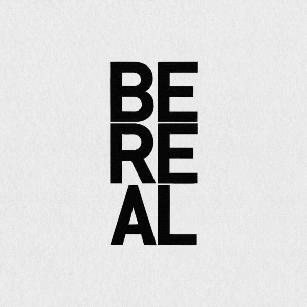 Ultrapulp Alpha, be real. Estampe typographique contemporaine originale signée.La série Alpha emprunte ses sources à la littérature, à l'histoire, au monde des affaires et de l'entreprise ou encore au langage de la pop culture. Cette édition limitée tiré à partsur toile par l'artiste, utilise une grille et l'emploi d'intervalles inattendus entre les mots et les lettres pour créer une rupture de sens.