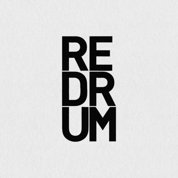 Ultrapulp Alpha, redrum. Estampe typographique contemporaine originale signée.La série Alpha emprunte ses sources à la littérature, à l'histoire, au monde des affaires et de l'entreprise ou encore au langage de la pop culture. Cette édition limitée tiré à partsur toile par l'artiste, utilise une grille et l'emploi d'intervalles inattendus entre les mots et les lettres pour créer une rupture de sens.