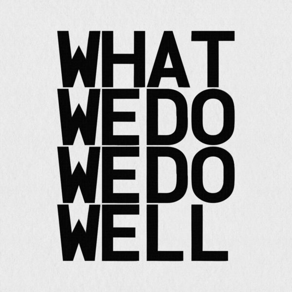 Ultrapulp Alpha, what we do we do well. Estampe typographique contemporaine originale signée.La série Alpha emprunte ses sources à la littérature, à l'histoire, au monde des affaires et de l'entreprise ou encore au langage de la pop culture. Cette édition limitée tiré à partsur toile par l'artiste, utilise une grille et l'emploi d'intervalles inattendus entre les mots et les lettres pour créer une rupture de sens.